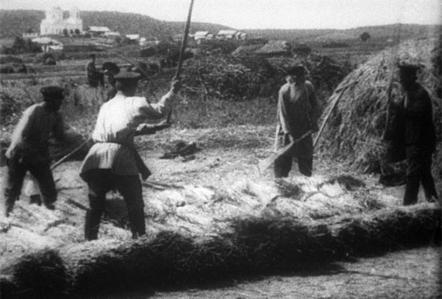 Обмолот хлеба ручными цепами. Начало ХХ века