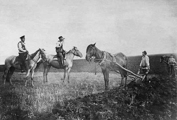 Урядник и стражник запрещают крестьянину производить пахоту помещичьей земли