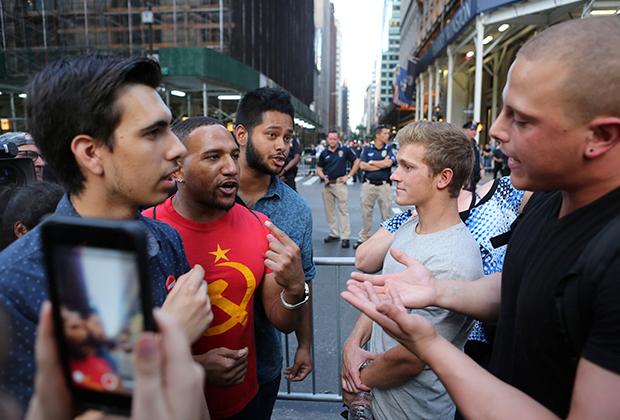 Противники Трампа спорят с его сторонниками на улицах Нью-Йорка