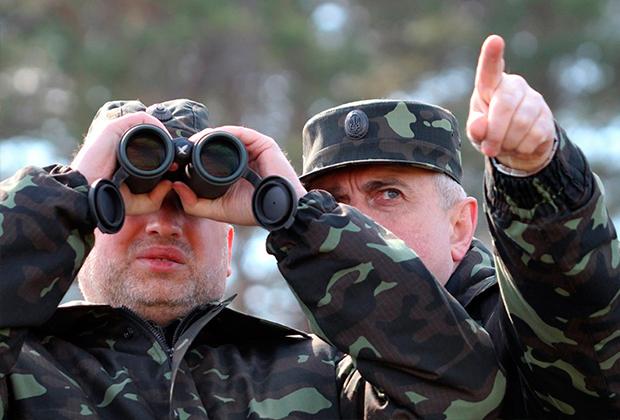 Александр Турчинов (слева) обвинил Россию в провокации
