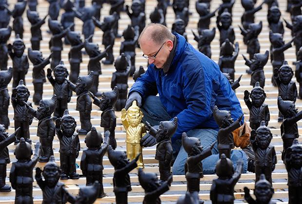 Из-за 400 зигующих гномов скульптор чуть не оказался за решеткой