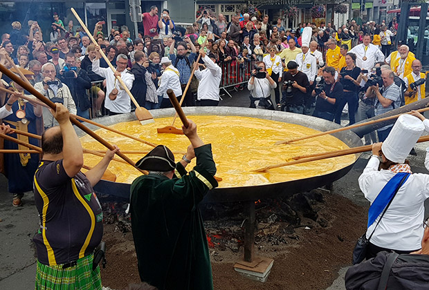 Приготовление гигантского омлета из 10 тысяч яиц в бельгийском городе Мальмеди.