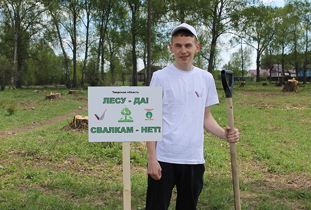 Сергей Морозов на высадке деревьев в Рождествено