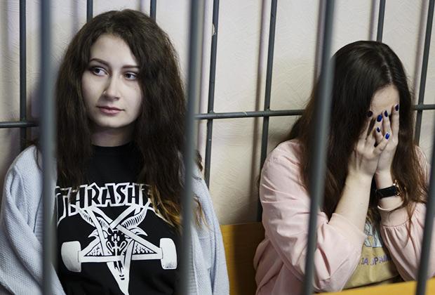 Алена Савченко (слева) и Алина Орлова в зале суда