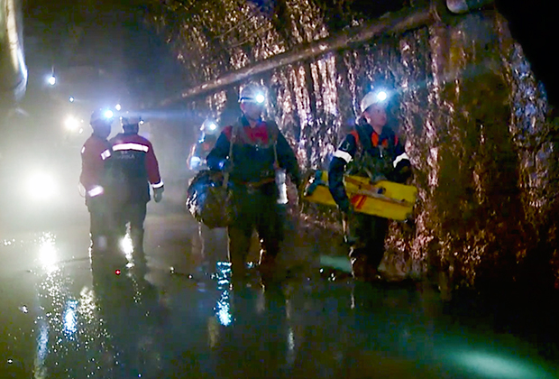 Поисково-спасательные работы на руднике «Мир»