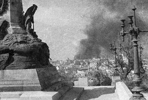 Оборона Севастополя. Разрушенные здания на Историческом бульваре