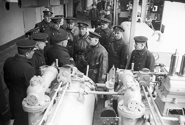 Командующий Черноморским флотом вице-адмирал Филипп Сергеевич Октябрьский (в центре) беседует с командным составом крейсера «Красный Крым»