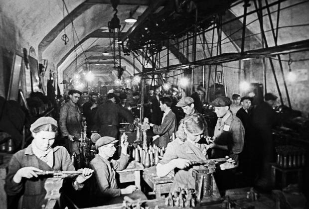 15.05.1942 Во время осады Севастополя рабочие изготавливают мины в одном из цехов спецкомбината №1, работающего под землей в заброшенной штольне