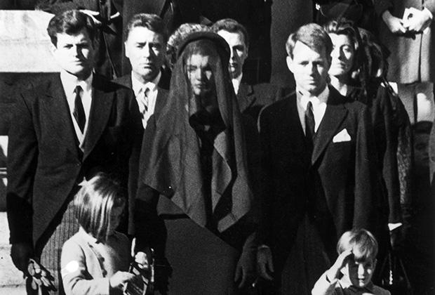 Братья, жена Джеки и дети президента Джона Кеннеди на его похоронах