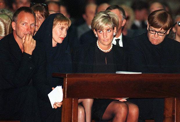 Певец Стинг с женой Труди Стайлер, принцесса Диана и певец Элтон Джон на панихиде по дизайнеру Джанни Версаче