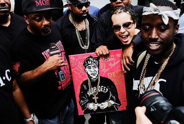 Поклонники рэпера Prodigy (участник дуэта Mobb Deep) на его похоронах