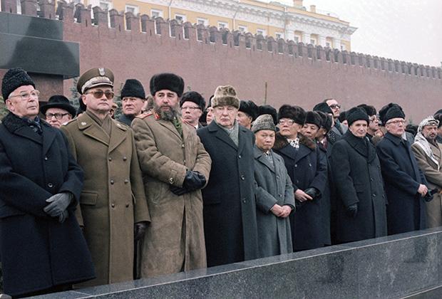 Участники траурной церемонии на похоронах генерального секретаря ЦК КПСС Леонида Брежнева