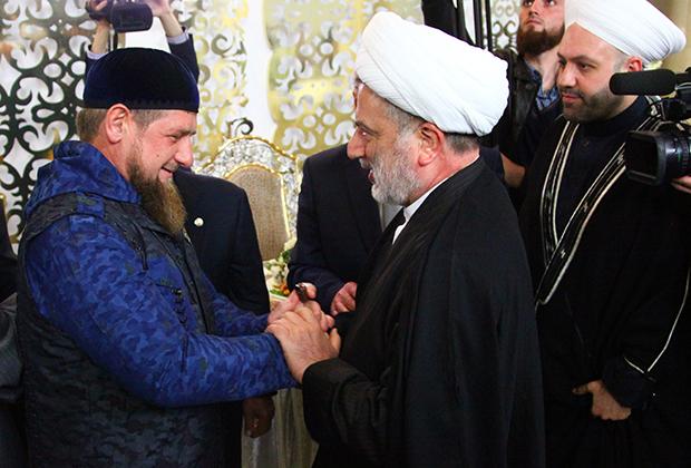 """Рамзан Кадыров (слева) приветствует арабских гостей перед рабочим заседанием Группы стратегического видения «Россия— Исламский мир»"""""""