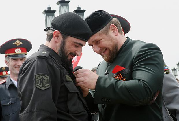 Рамзан Кадыров вручает награды военным на параде, посвященном Дню Победы