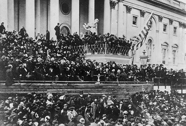 Авраам Линкольн выступает на второй инаугурации в 1865 году.