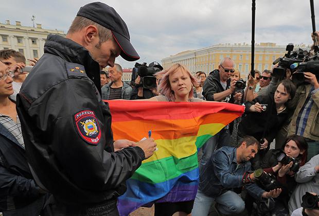ЛГБТ-активистка во время одиночного пикета против ненависти и нетерпимости на Дворцовой площади