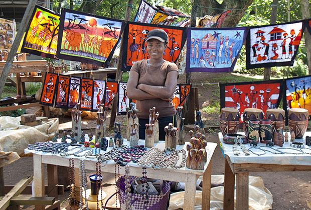 Ремесленники земли Свази знамениты искусством плетения из травы, изготовлением ярких парафиновых свечей и резкой по дереву
