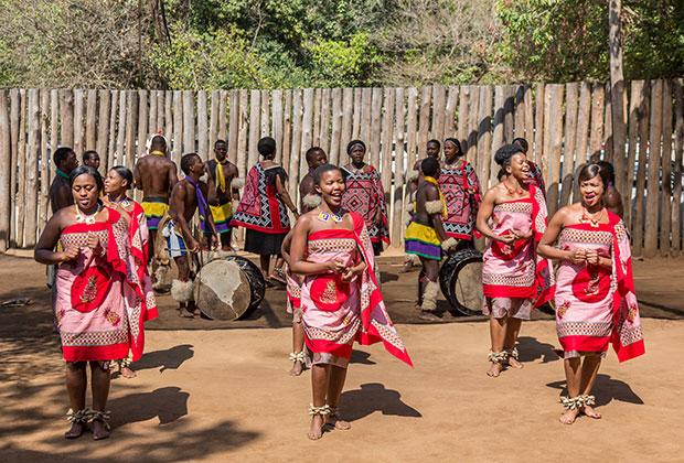 В деревнях по-прежнему живут раздельно — женщины на своей территории, мужчины на своей