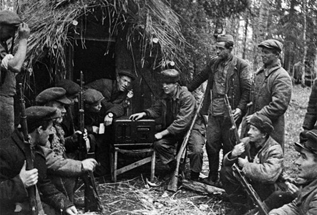 Партизаны слушают по радио очередное сообщение Совинформбюро