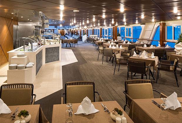 Кроме сексуальных утех, на лайнере гостям доступны и обычные удовольствия класса люкс— например, обеды и ужины в шикарном ресторане