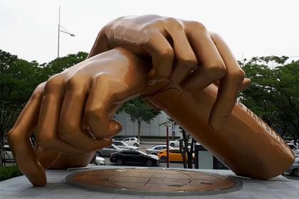 Корейцы невзлюбили уродливый памятник песне Gangnam Style