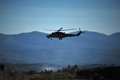 Вертолет Ми-24 Воздушно-космических сил России совершает облет территории авиабазы «Хмеймим» в Сирии.