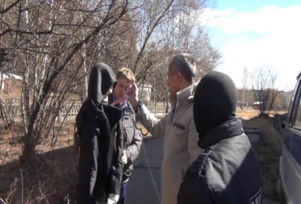 Ангарский маньяк во время следственных действий показывает, как убивал женщин