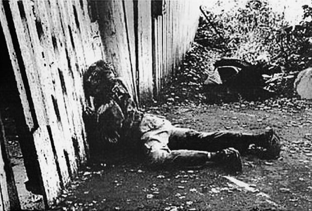 Протоиерей Русской православной церкви, богослов и проповедник Александр Мень был убит утром 9 сентября 1990 года по пути в церковь на литургию. По некоторым данным, картина убийства выглядела следующим образом: к священнику подбежал неизвестный и протянул ему записку. Мень вынул из кармана очки и начал читать.  <br> <br> В это время из кустов выскочил другой человек, который с силой ударил священника сзади то ли топором, то ли саперной лопатой. Теряя силы, отец Александр добрался до своего дома неподалеку от платформы Семхоз в Загорском (в настоящее время — Сергиево-Посадском) районе Подмосковья. Он дошел до калитки и упал; позже врачи констатировали смерть от потери крови. Убийство священника до сих пор не раскрыто.