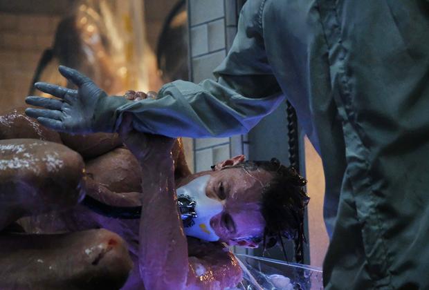Секс, насилие и бессмертие души: в основе, пожалуй, самого амбициозного на данный момент фантастического сериала в линейке премьер Netflix лежит культовый киберпанк-роман Ричарда К. Моргана, описывающий будущее, в котором научились пересаживать человеческое сознание в новые тела. Это, впрочем, не привело к исчезновению преступности — главный герой в исполнении Юэла Киннамана расследует убийство одного из заправляющих этим миром богачей.