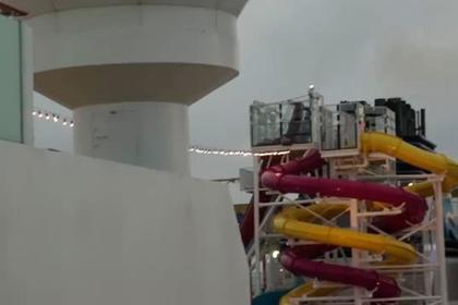 Пассажир попавшего в шторм круизного лайнера выложил видео удара стихии