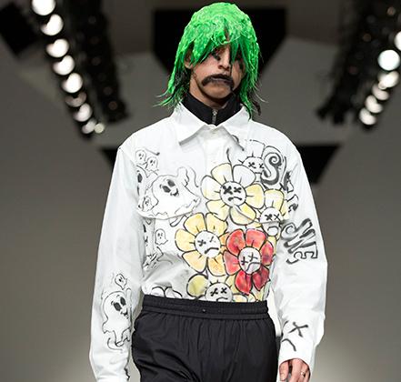 Лайама Ходжеса называют «последним поклонником рейв-культуры». От рейверов на его моделях ярко-зеленые странно слипшиеся парики. А вот в унылые тренировочные брюки Ходжес одел своих моделей, очевидно, алча славы Гоши Рубчинского.