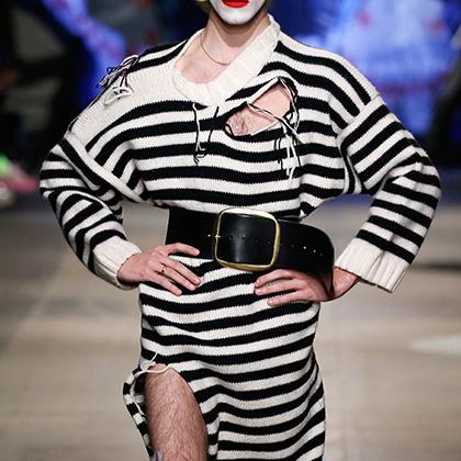 Модельер Чарльз Джеффри получил в 2017 году премию British Fashion Awards как лучший молодой дизайнер мужской одежды. Судя по экстремальной экстравагантности, которая отличает его новую коллекцию, Чарльз задался целью доказать, что награда была вполне заслуженной.