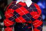Если «Пьеро» от Чарльза Джеффри облачен в драное трикотажное платье и парик, то «Арлекино» модельер представляет себе фигурой в свитере oversize, с лицом, вымазанном красным гримом.