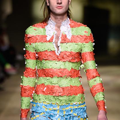 Дизайнеры Джеймс Тезеус Бак (James Theseus Buck) и Люк Брукс (Luke Brooks), родом из Роттингдина в британском Сассексе, не мудрствуя лукаво, назвали свой бренд по имени родного города. Так же незамысловата и их одежда: например, эта модель — просто ярлычки-ценники разных цветов, наклеенные на тело манекенщика.