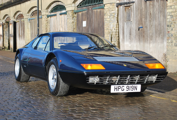 Прекрасно сохранившийся экземпляр первого среднемоторного спорткара из Маранелло. Было выпущено лишь 387 таких машин в разных модификациях. Представленный на торгах в Бирмингеме лот оценен в 280-320 тысяч фунтов стерлингов.