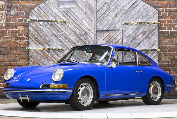 «Переходная» модель фирмы из Штутгарта, фактически — кузов от 911-го с четырехцилиндровым двигателем от предшествовавшего ей Porsche 356. Машина была несколько дешевле «настоящего» Porsche 911, что способствовало ее успеху.  Предлагаемый в Маастрихте лот оснащен довольно редкой для этой модели пятиступенчатой трансмиссией; оценка — 29-34 тысячи евро.