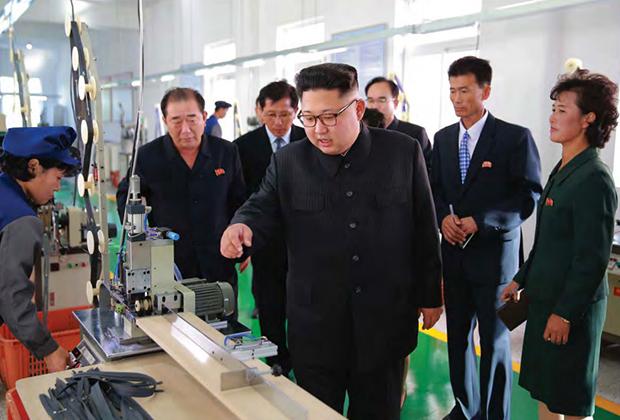 Уважаемый высший руководитель Ким Чен Ын на Мангендэском заводе по производству сувениров на память о посещении места историко-революционной славы