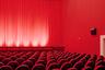 Похоже на кадр из сериала «Твин Пикс», правда? Пустые пространства напоминают театральные декорации — как будто скоро здесь развернется спектакль. Геометричность и насыщенность цвета генерируют саспенс.