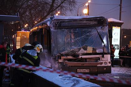 Автобус въехал в подземный переход у метро в Москве по вине водителя