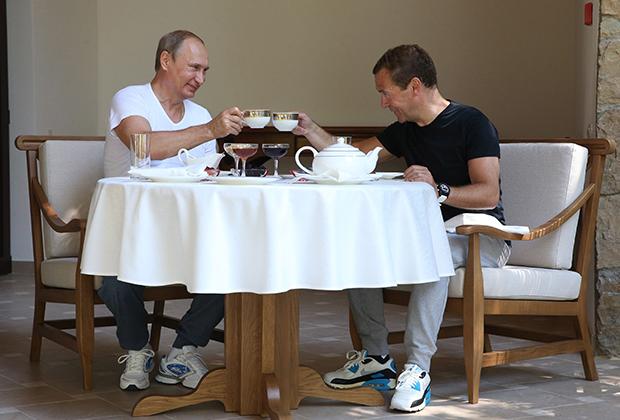 Россия. Сочи. 30 августа 2015 года. Президент России Владимир Путин и премьер-министр России Дмитрий Медведев в резиденции «Бочаров ручей».