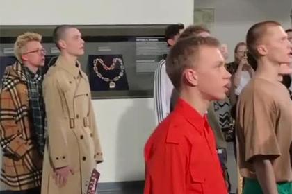 Российский дизайнер заставил моделей попрощаться с Америкой
