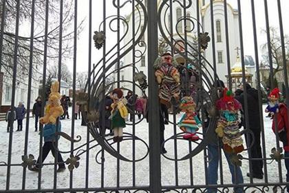 «Правый сектор» принес окровавленные игрушки к храму Московского патриархата