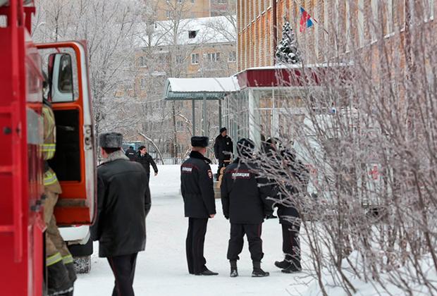 Сотрудники правоохранительных органов у школы № 127, где произошло нападение на учеников и учительницу