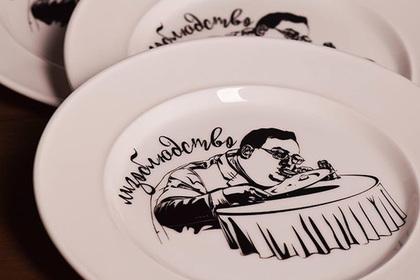 Вылизавшего тарелку украинского депутата увековечили на посуде