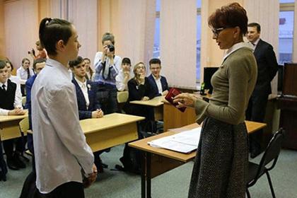 Североморского школьника наградили на спасение тонувшей женщины