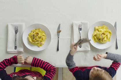 Детей накормили едой для богачей и засняли их кривляния на видео