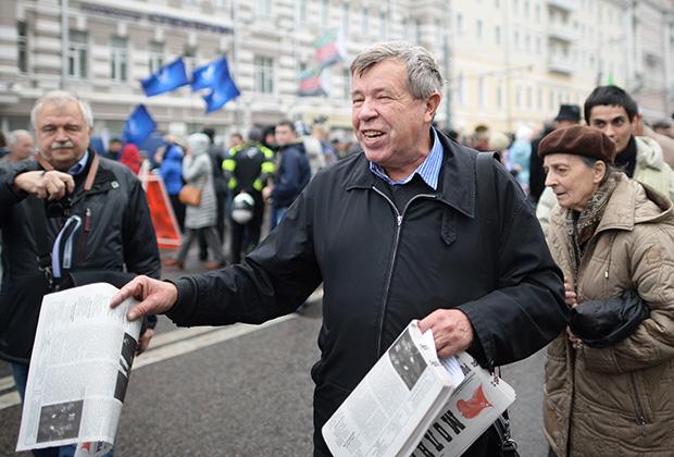 Виктор Анпилов на шествии по Бульварному кольцу в поддержку политзаключенных