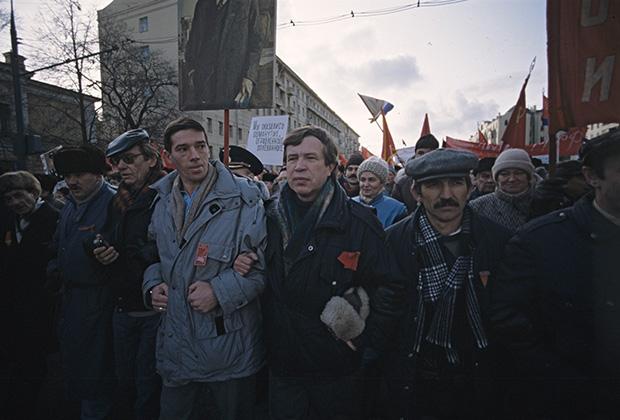 Виктор Анпилов в колонне демонстрантов у памятника Ленину на Октябрьской площади в Москве