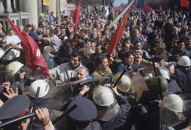 Столкновение с ОМОНом участников митинга «Трудовой России» на Ленинском проспекте в Москве, 1 мая 1993 года