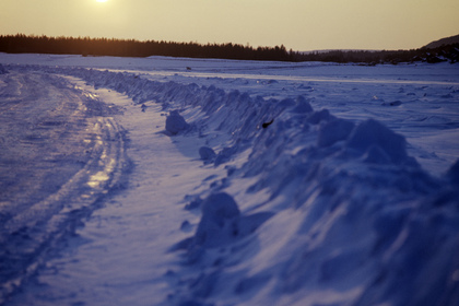 Трактор и автокран провалились под лед в попытке достать провалившийся бензовоз